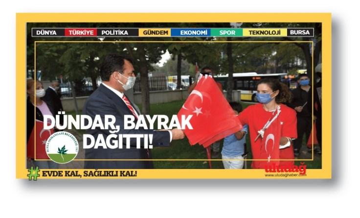 Dündar, Vatandaşlara Türk Bayrağı Dağıttı