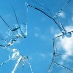 夏の日差しや鳥まで! ガラスが突然割れる原因