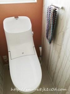 白い床のトイレ