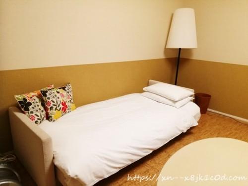 テレビ前のベッド