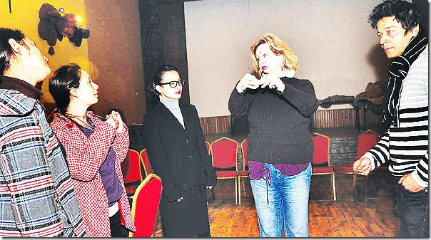 Oleanna_rehersal_director_and_actors