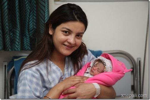 arunima_lamsal_with_daughter