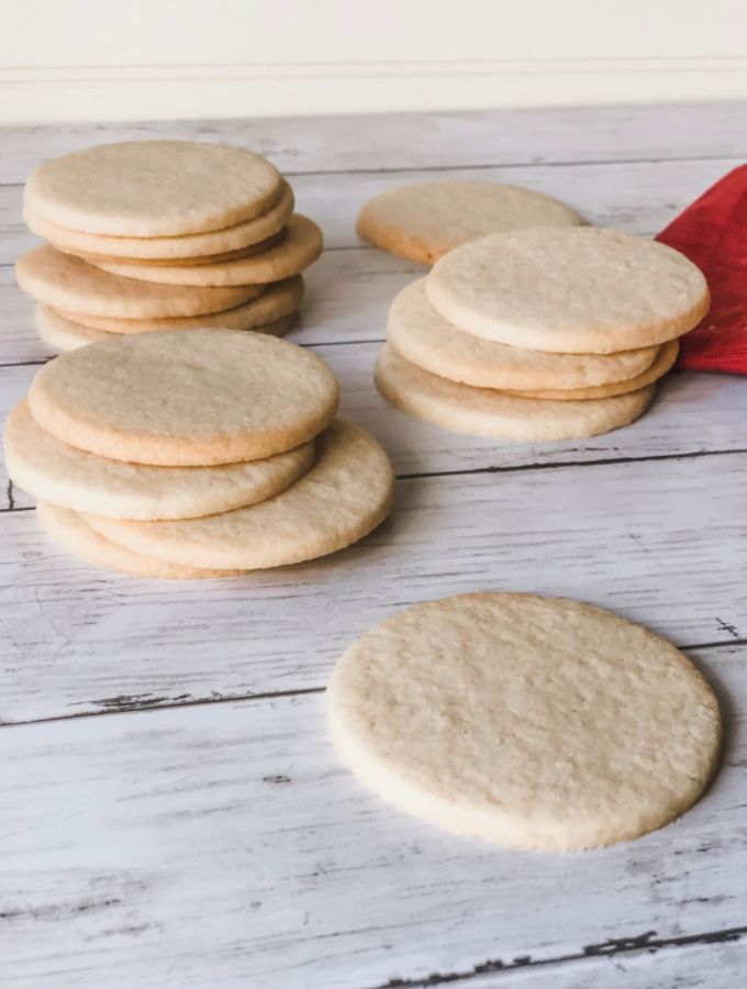 How to Make Simple Sugar Cookies. Simple Sugar Cookies are always a crowd favorite and effortless to make. The sugar cookies are perfect for decorating and easy to cut out into different shapes. These vanilla cookies are great for holidays as well! #xokatierosario #simplesugarcookies #easysugarcookies #sugarcookiedecorating