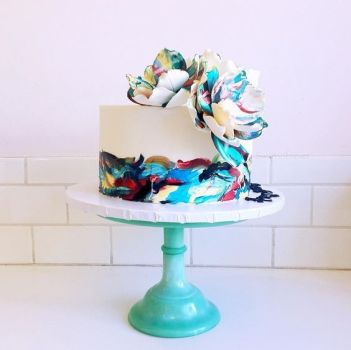 Aqua blue trendy brushstroke cake ideas for beginner bakers . I love decorating cakes and this new brushstroke trend is so cool! These cake ideas are genius and so easy to make for beginner bakers! It so simple to decorate these cakes! Very cool technique! Saving for later!