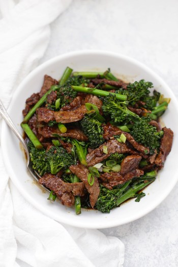 Healthy beef and broccoli. WHole30 friendly meals for fast dinners. This is so perfect for busy weeknights and still stay on a Whole30 lifestyle! I love Whole30! Its easy and so fast to make these meals for you and your family and still keep on your diet and lose weight! Just because you are busy doesn't mean you can't eat well like Whole30! Saving for later!