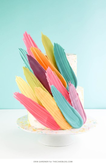 Trendy brushstrokes cake ideas for the beginner baker.I love decorating cakes and this new brushstroke trend is so cool! These cake ideas are genius and so easy to make for beginner bakers! It so simple to decorate these cakes! Very cool technique! Saving for later!