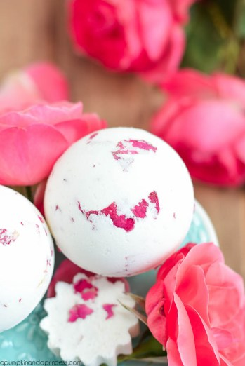 Bath Bombs are the best thing ever! They simply are the reason I stay relaxed! I have realized that I can save a lot of money at Lush by making my own bath tub fizzies! I think these are going to be great Christmas gifts this holiday season! I love how they are the key to homemade luxury and relaxation! I love how easy they are to make! Pinning for later!