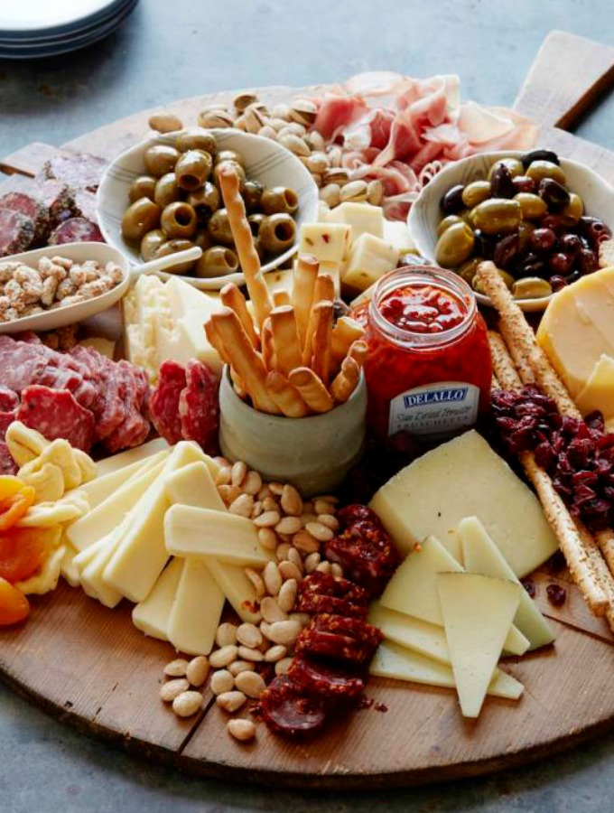 14 New Year's Eve Party Appetizers You Want and Need: The New Year is upon us and I love celebrating it! I am so excited for my #NYE party because these easy appetizers are everything! I love how simple they are and flavors everyone knows. I hate it when I have to be in the kitchen all day and not enjoy myself with my guests. These easy New Year's Eve appetizers will make for a great party! Can't wait pinning for later! #xokatierosario #newyearseve #nyerecipes #easyappetizers #newyearseveappetizers