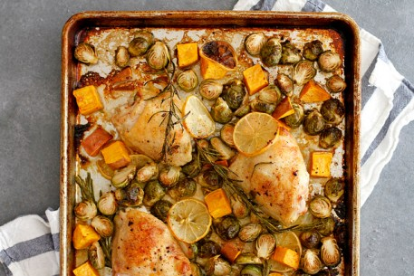 One pan, sheet pan dinners! I am so excited for this! I am always looking for easy and delicious dinner recipes that I can make during a busy weeknight. I didn't think I was going to love the sheet pan dinners but you know what I totally get it now and think it's a brilliant weeknight dinner solution! When I come home from work I don't want to stand over the stove so set it and forget it meals are the way I want to love during the week! Great dinner ideas for busy moms! Pinning for later!
