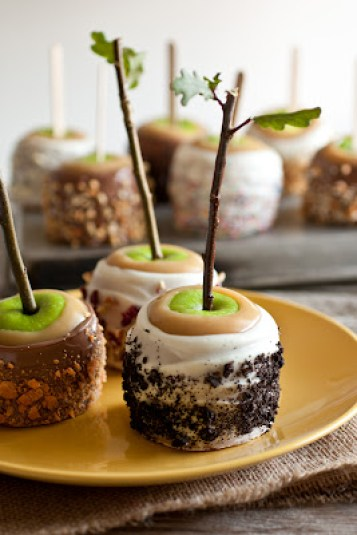 Cookies and Cream Caramel Apples | Halloween Candy Apples