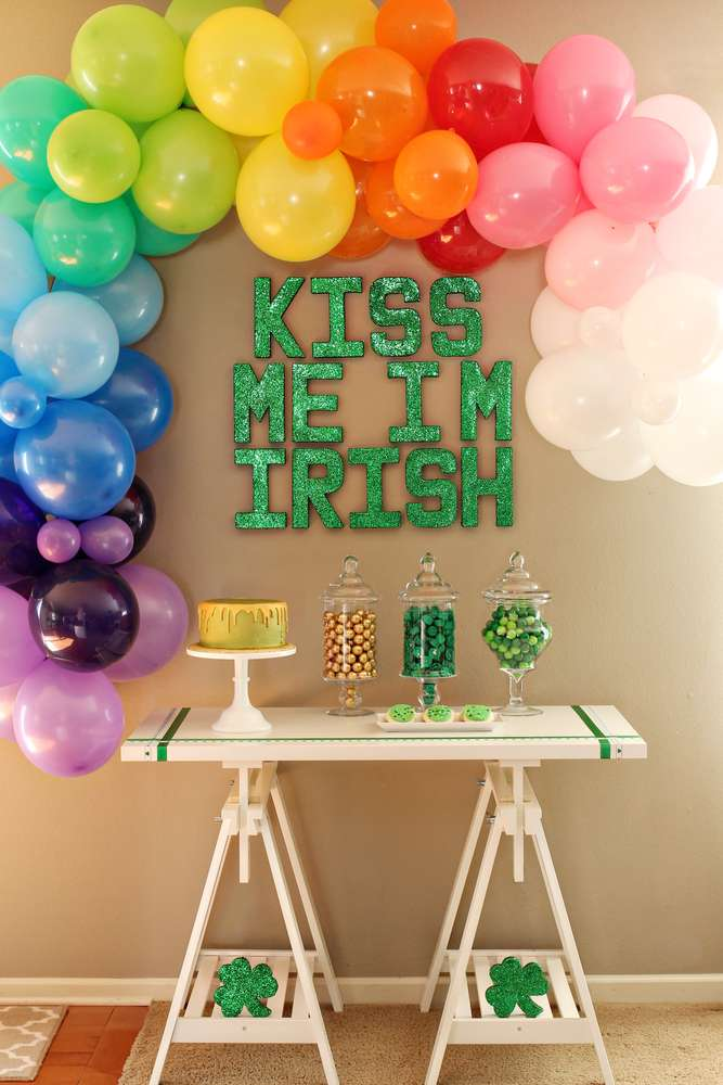 Kiss Me I'm Irish Balloon Arch | These adorable St. Patrick's Day decorations are perfect for a weekend of celebrating the lucky holiday. These DIY decorations will fit a great with your farmhouse rustic home decor while being festive at the same time! Choose from St. Patrick's inspired tablescapes, DIY signs, shamrock garlands or mini banners that work in desserts and centerpieces! #xokatierosario #stpatrickdaydecor #stpatricksdaydiycrafts #farmhousehomedecor