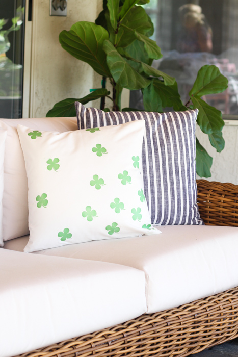 St. Patrick's Day Pillows | These adorable St. Patrick's Day decorations are perfect for a weekend of celebrating the lucky holiday. These DIY decorations will fit a great with your farmhouse rustic home decor while being festive at the same time! Choose from St. Patrick's inspired tablescapes, DIY signs, shamrock garlands or mini banners that work in desserts and centerpieces! #xokatierosario #stpatrickdaydecor #stpatricksdaydiycrafts #farmhousehomedecor