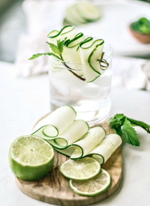 Cucumber Mint Gin Fizz | These sparkling drinks are fantastic for summer entertaining. Whatever sparkling drinks you choose to make this summer, your thirst will be quenched, and you'll stay relaxed and happy in the summer heat. Here are 14 Sparkling Drinks That'll Keep You So Refreshed! #xokatierosario #sparklingdrinks #sparklingcocktails #sparklingnonalcoholicdrinks #summerentertaining