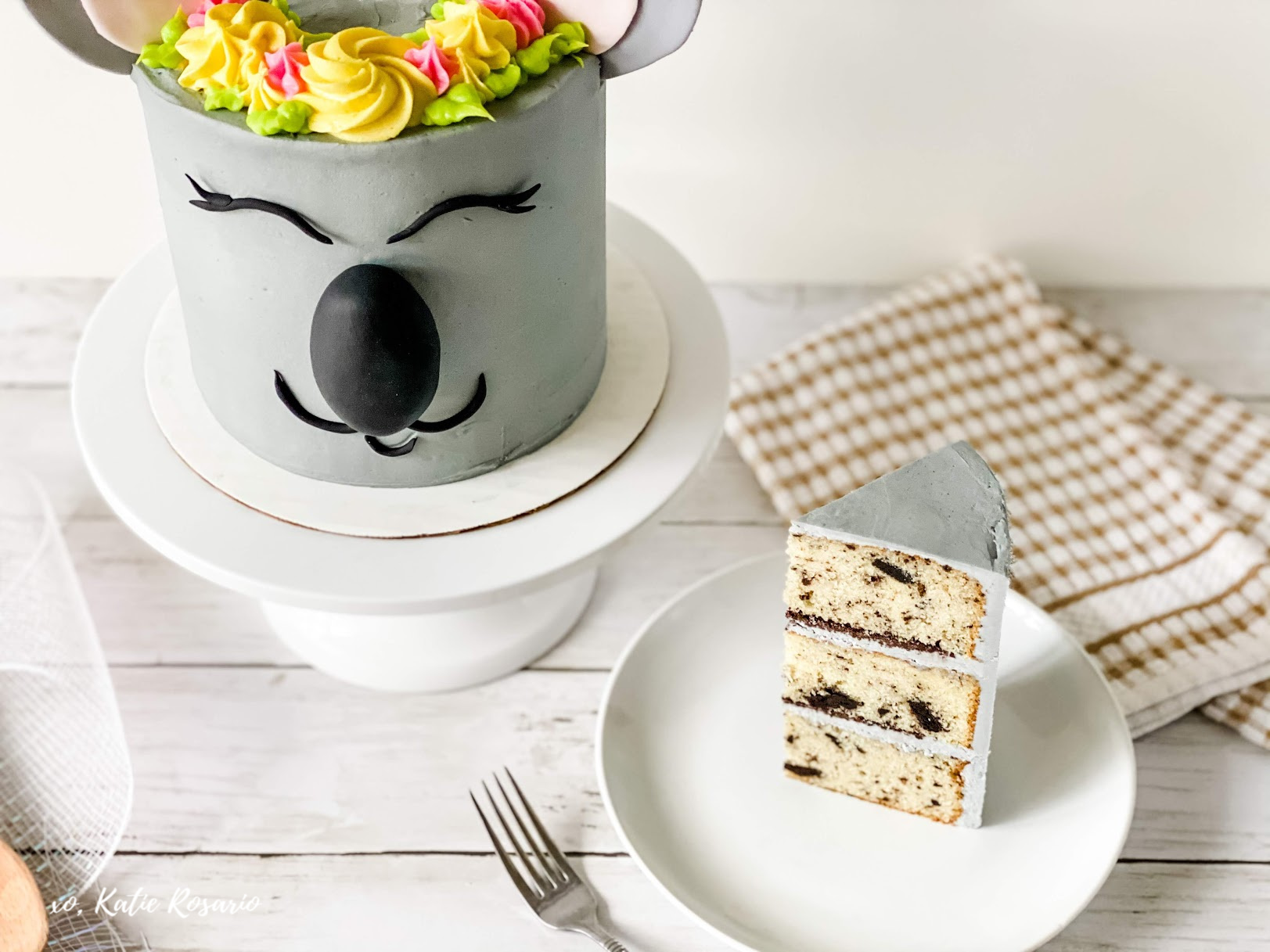 This koala cake is super cute and ready for any kids' party, summer event, or a friend's birthday. This cookies n cream cake is a delicious recipe that's a crowd-pleaser. This Koala cake is not only beautiful to look at but it's also insanely delicious. DIY Koala Cake tutorial for Beginner Bakers! #xokatierosario #koalacake #cookiesncreamcake #animalcake #cakedecoratingtips