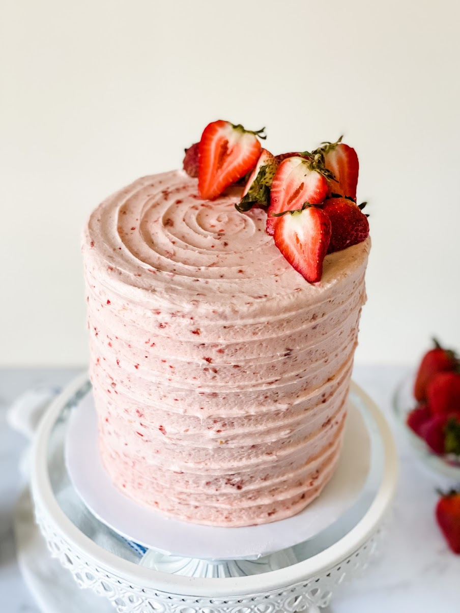 Are you looking for a super tasty strawberry cake recipe? Seriously, anyone can make this strawberry layer cake recipe. Created by Katie Rosario, XOKatieRosario creates beautiful cake decorating techniques that are easy for beginners and strategically designed for any home baker. #xokatierosario #katierosaiocakes #strawberrycake #freshstrawberry #cakerecipes #cakedecoratingcourse #homebakingcourse