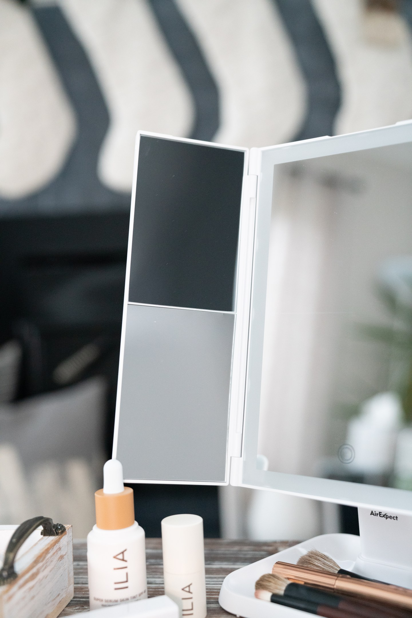 dimmable makeup vanity mirror with three lighting modes