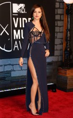 Selena in einem sexy blauen Kleid von Versace bei den VMAs Quelle:http://de.eonline.com/eol_images/Entire_Site/2013725/rs_634x1024-130825183811-634.selena2.cm.82513_copy.jpg