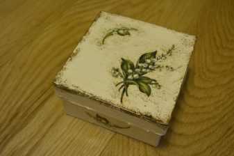Kremowe pudełko w zielone ziółka