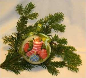 Bombka ze świąteczną skarpetą, na jasnym tle