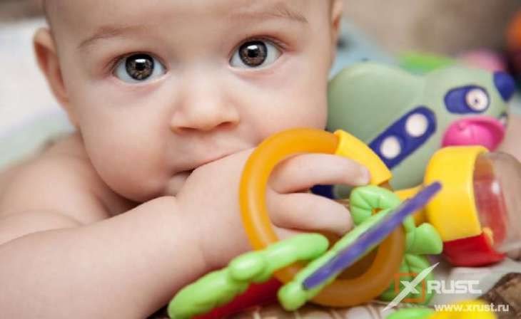 Ребенок и пластиковые игрушки