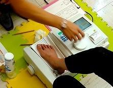 骨密度測定している足