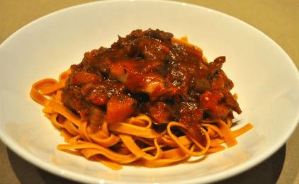 Αρνάκι κοκκινιστό με μακαρόνια