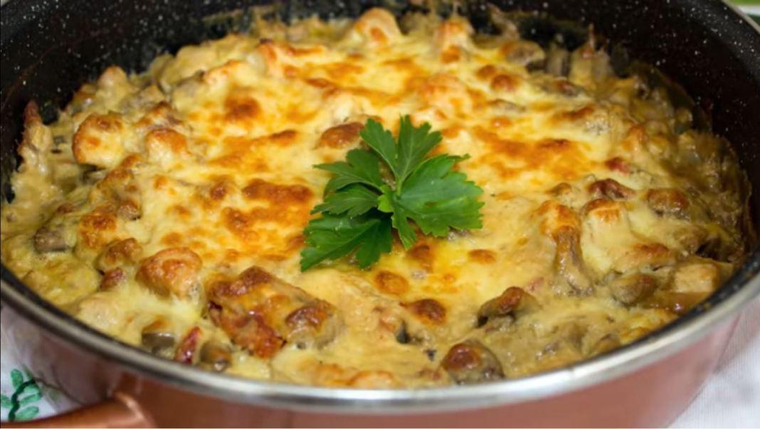 Κοτόπουλο με μανιτάρια και σάλτσα γιαουρτιού στο φούρνο