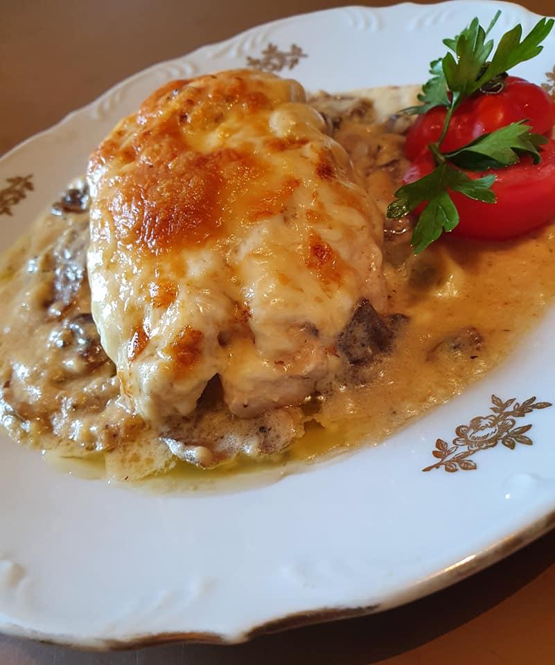 Γεμιστό φιλέτο κοτόπουλο σε σάλτσα μπεσαμέλ με μανιτάρια