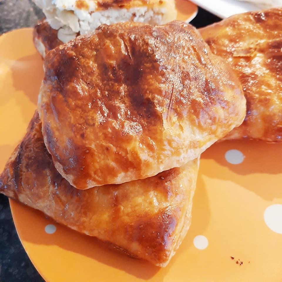 Τυρόπιτα με ζύμη με τραγανό φύλλο μπουγάτσας