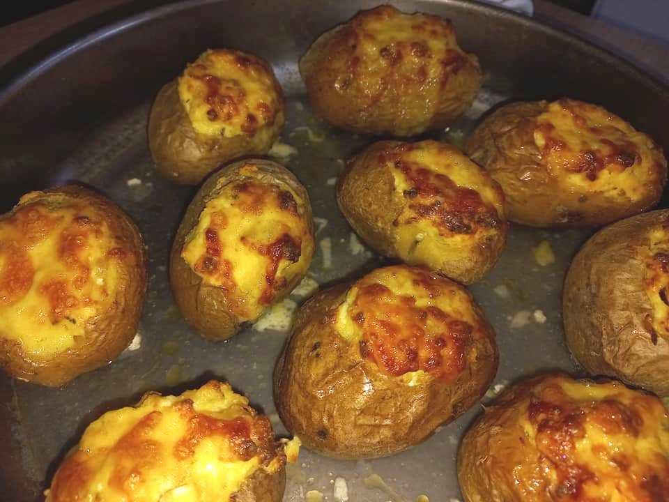 Νόστιμες πατάτες γεμιστές με τυρί και μπέικον