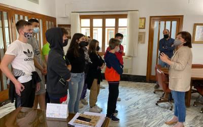 L'alumnat del programa d'aula compartida de l'IES Sivera Font visita l'Ajuntament de Canals