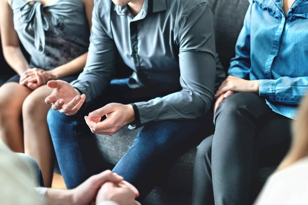 man sharing story to community_casual business people in discussion