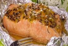 Receita de Papillote de salmão com alecrim e maracujá