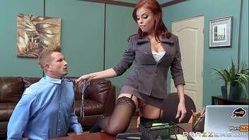 Chefe safada fazendo sexo com novo funcionário