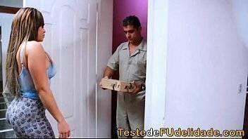 Mulher gostosa pagando belo boquete para entregador de pizza