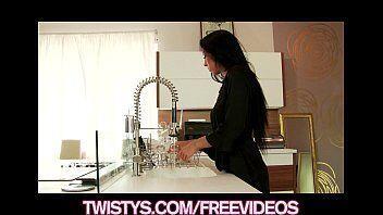 Bangbross mostra uma morena se masturbando bem molhadinha dentro da cozinha