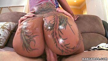 Novinha nua fazendo sexo anal de quatro toda tatuada com marmanjo enorme
