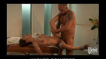 Porno gostoso com o massagista bombado enfiando a rola com tudo na morena