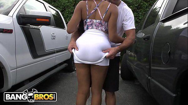 Jayla Foxx dando uma trepada bem boa com um cara dotado no estacionamento de um supermercado