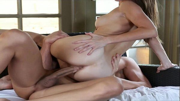 Gifs pornô de um casal metendo metendo gostoso demais da conta em cima da cama bem de ladinho mesmo