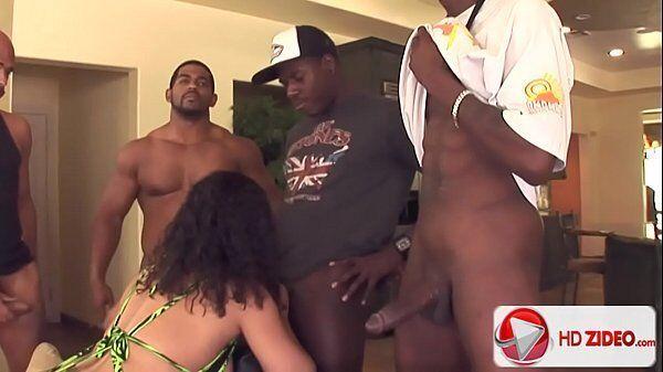 Negros dotados fazendo uma mulada safada provar o pau de todos eles com tudo no meio da sala