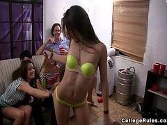 Filme porno caseiro comendo a pepeka da ninfeta lesbica junto com suas amigas