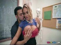Porno em filmes de sexo na escola com loira safada trepando