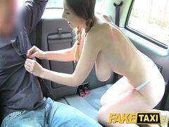 Filme de sexo com essa branquinha safada dando a xota dentro do carro