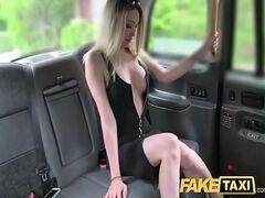 Videos de sexo com essa bela loira gostosa dando sua bucetinha dentro do carro pro sacana