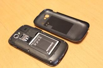 SIMカードとバッテリーの挿入