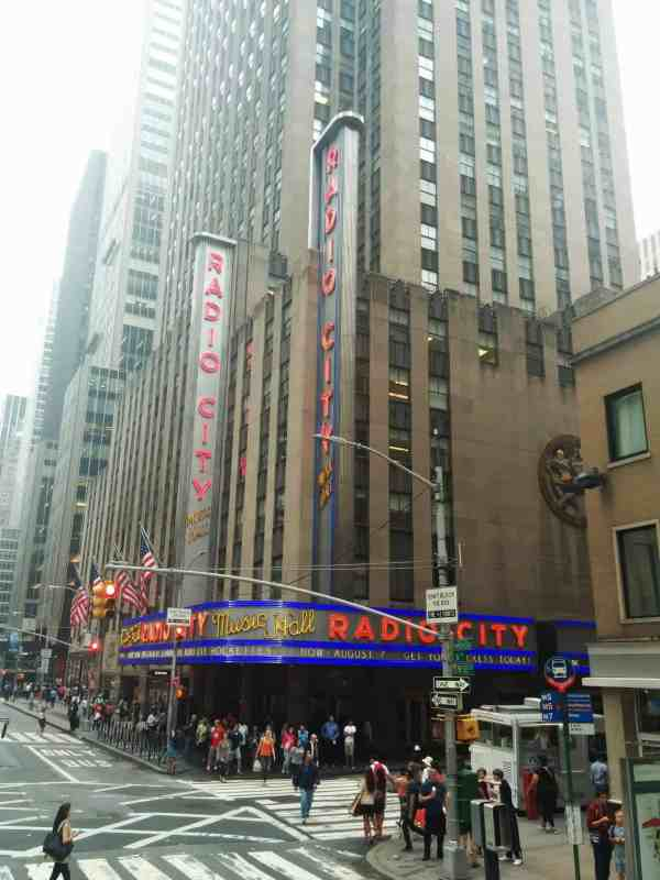Hop on hop off tours in new york past radio city music hall