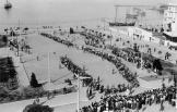 Πλατεία Αριστοτέλους, λίγες μέρες μετά. Εβραίοι με τα μπογαλάκια τους έτοιμοι προς αποστολή σε καταναγκαστικά έργα. Ο Ανδρέας Ασσαέλ, συλλέκτης φωτογραφιών πολέμου και απόγονος επιζώντων, ανακάλυψε σε ένα παζάρι παλαιών ειδών το σπάνιο φωτογραφικό αρχείο του Γερμανού στρατιώτη Βέρνερ Ράνγκε