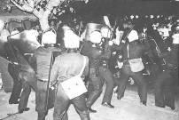 1980-11-16 Αθήνα Ανθοπωλεία - ΜΑΤ εμποδίζουν διαδηλωτές και εμποδίζουν την πορεία να πάει στην Πρεσβεία των ΗΠΑ