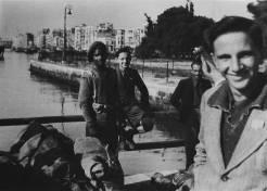 Θεσσαλονίκη, 10 Νοεμβρίου 1944: Η ξύλινη εξέδρα στον Λευκό Πύργο: Τα πρώτα βρετανικά στρατεύματα με εγχρώμους φτάνουν στην πόλη. Φωτογραφία Νο #46.